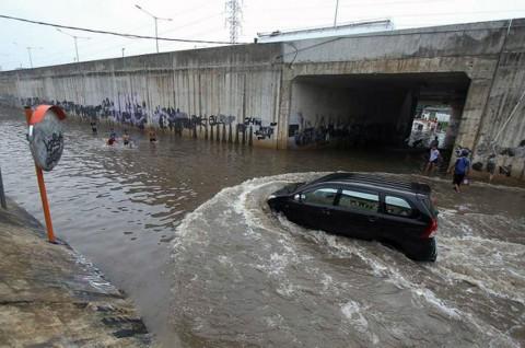 Knalpot Mobil Kemasukan Air saat Banjir? Ini yang Mesti Diperhatikan