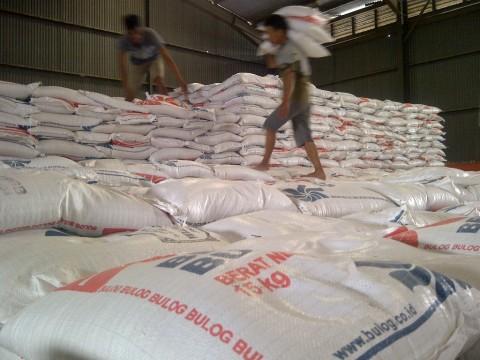 Bulog Pasok Bahan Pangan untuk Korban Banjir Jabodetabek