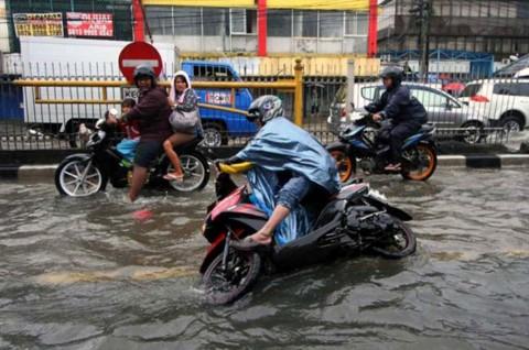 Nekat Terobos Banjir Pakai Motor? Ini Risikonya