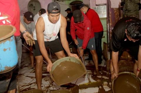 Sean Gelael Bantu Bersihkan Rumah Korban Banjir Jakarta