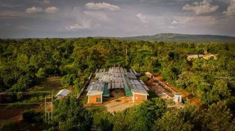 Rumah Sakit di Uganda Tampil Beda dengan Kanopi Panel Surya
