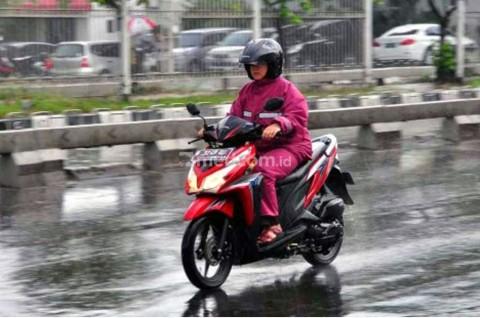 Enam Permukaan Licin yang Mesti Diwaspadai Bikers saat Hujan