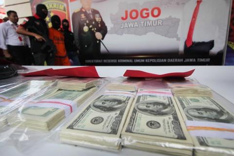 Polisi Ringkus Pengedar Dolar Palsu di Surabaya