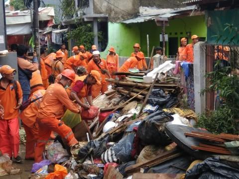 Sampah Sisa Banjir Bidara Cina Masih Menggunung