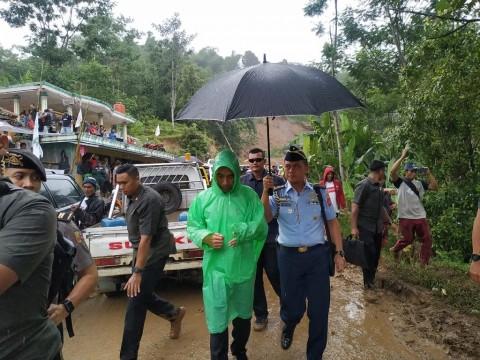 Gunakan Ponco, Jokowi Tinjau Desa Terisolasi di Sukajaya