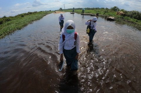 Luapan Sungai Batanghari Rendam Jalan Penghubung Desa di Muarojambi