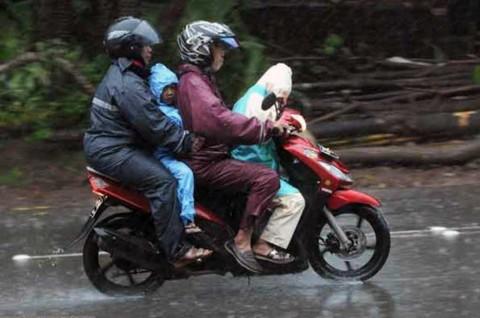 Bonceng si Kecil Waktu Hujan? Pahami Risikonya