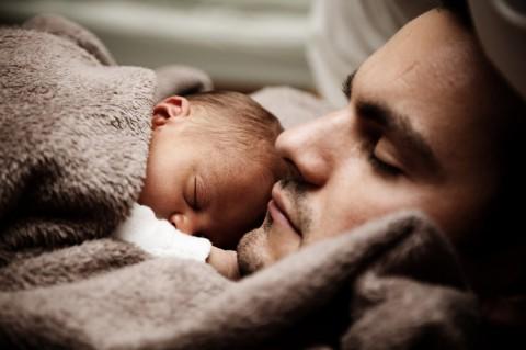 7 Cara untuk Ayah Bangun Ikatan Batin dengan Bayi