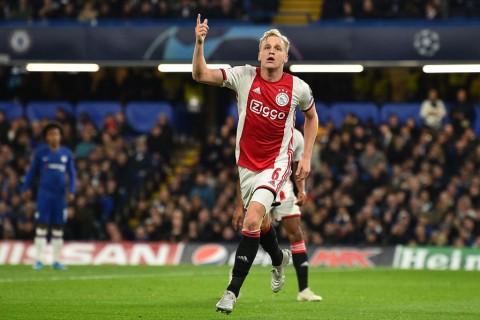 Diincar Raksasa Inggris, Gelandang Muda Ajax Pilih Bertahan