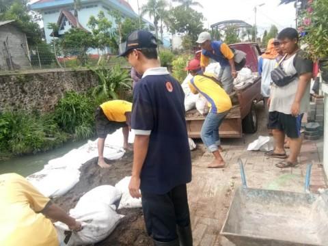 Cegah Longsor, BPBD Pasang Karung Pasir di Talud Sungai