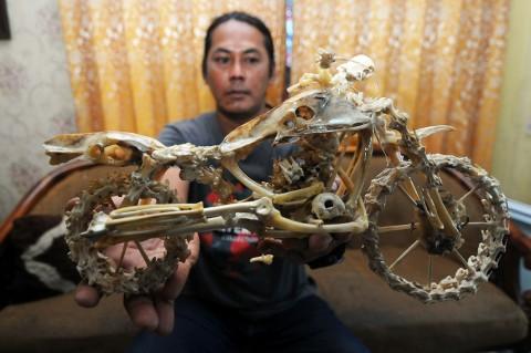Sampah Tulang Ayam Disulap Jadi Beraneka Macam Kerajinan