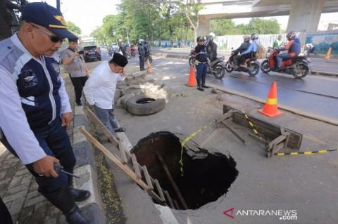 Jalan Daan Mogot Penghubung Tangerang-Jakarta Amblas