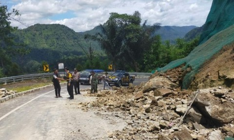 Sebagian Jalan Raya Bandung-Cianjur Tertutup Longsor