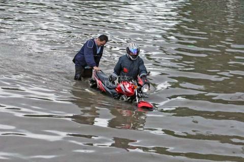 Batas Aman Ketinggian Air Ketika Motor Hendak Melintasi Banjir