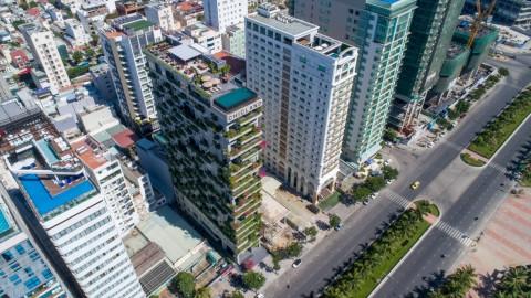 Hotel dengan Balkon Penuh Bunga di Vietnam