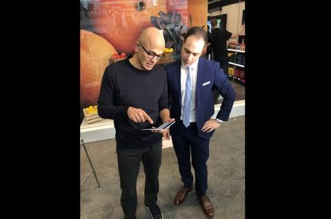 CEO Microsoft Berfoto Bersama Surface Duo