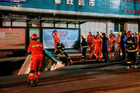 Enam Orang Tewas Ditelan Lubang Jalanan di Tiongkok