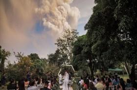 Sepasang Kekasih Nekat Menikah di Dekat Gunung Taal