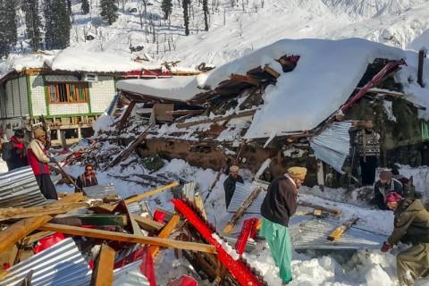 18 Jam Terkubur Longsor Salju, Remaja Pakistan Diselamatkan