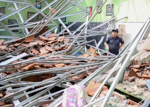 Atap Sekolah Roboh, Siswa Terpaksa Belajar di Musala