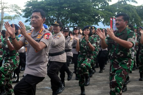 Panglima TNI-Kapolri Menari Bersama Ribuan Prajurit di Ambon