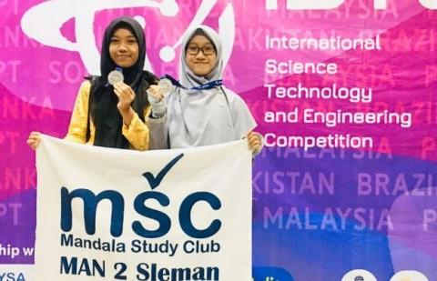 Duo Srikandi MAN 2 Sleman Raih Medali di ISTEC
