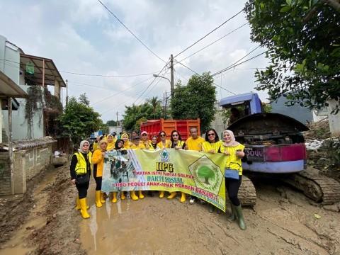 IIPG Bantu Warga Bojongkulur Bersihkan Sampah dan Lumpur Sisa Banjir