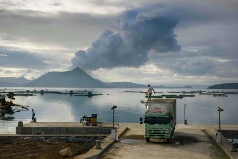 Warga Filipina Mengungsi dari Daerah Bahaya Gunung Taal