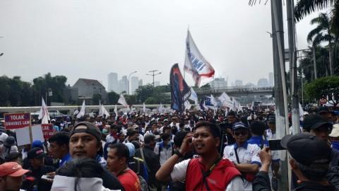 Massa Buruh Bertahan Meski Diguyur Hujan Deras