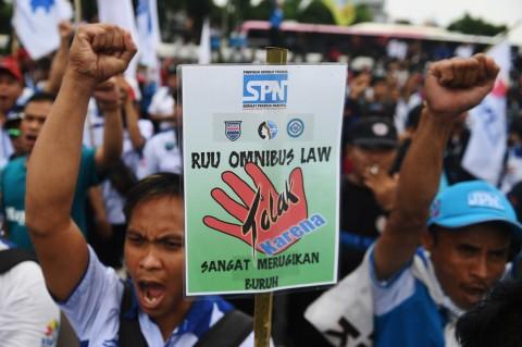 Ratusan Buruh Demo Tolak Omnibus Law