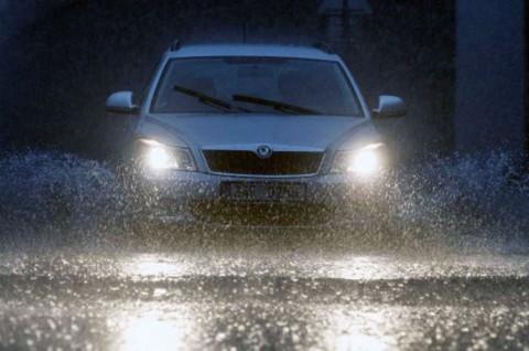 Pentingkah Rotasi Ban saat Musim Hujan?