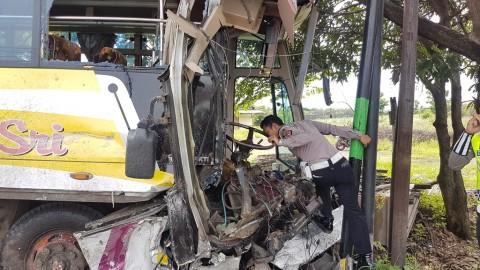 Bus Kontra Truk Pengangkut Semen, Enam Orang Terluka