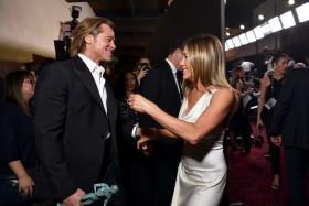 Brad Pitt Kepergok Pandangi Jennifer Aninston