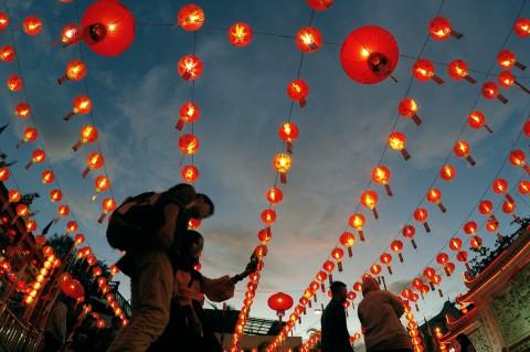 Ratusan Lampion Hiasi Klenteng See Hin Kiong Padang