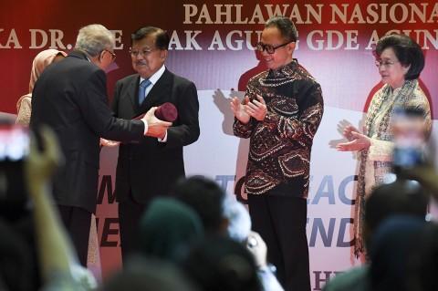 Jusuf Kalla Terima Anugerah Ide Anak Agung Gde Agung
