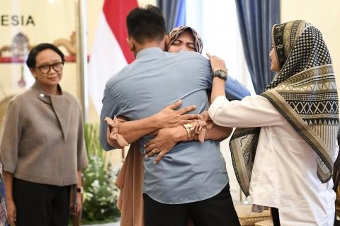 Menlu Retno Serahkan WNI Sandera Abu Sayyaf ke Keluarga