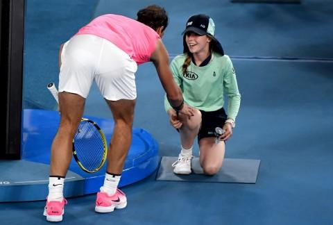 Australian Open 2020: Rafael Nadal Mencium Gadis Pemungut Bola