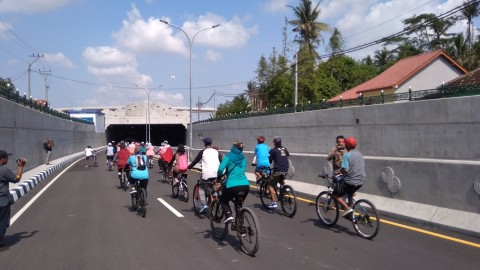 Warga Bersepeda di <i>Underpass</i> YIA