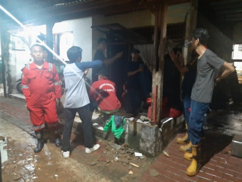 Turap Kali Cipinang Jebol, Satu Rumah Warga di Gandul Depok Rusak