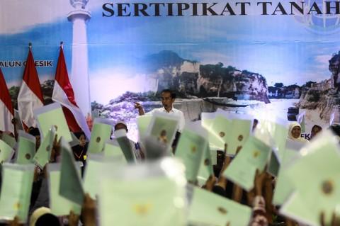 Jokowi Bagikan 2.020 Sertifikat Tanah di Gresik