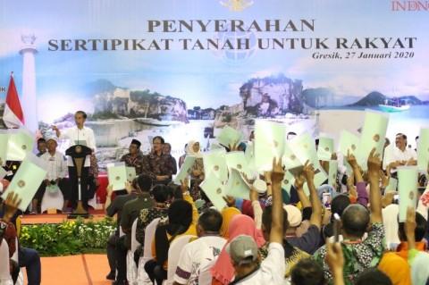 Jokowi Bagikan 2.020 Sertifikat Tanah di Jatim