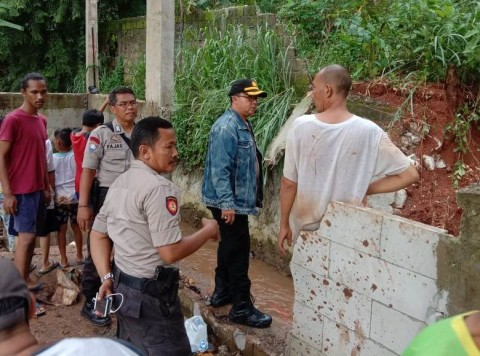 Tim Tanggap Bencana Benahi Turap Gandul