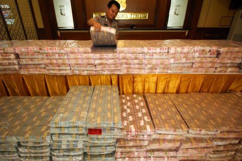 Penampakan Tumpukan Uang Miliaran Rupiah Barang Bukti Kasus Memiles