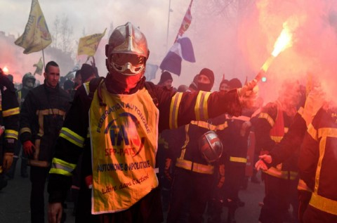 Petugas Pemadam Kebakaran dan Polisi Bentrok di Paris