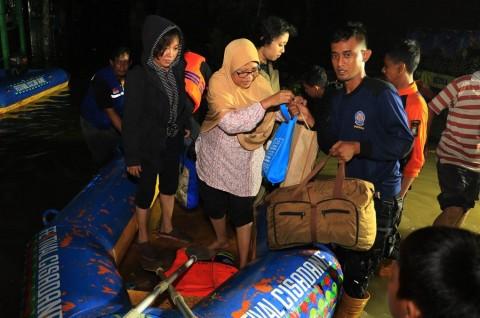 Warga Tangerang Terdampak Banjir Dievakuasi