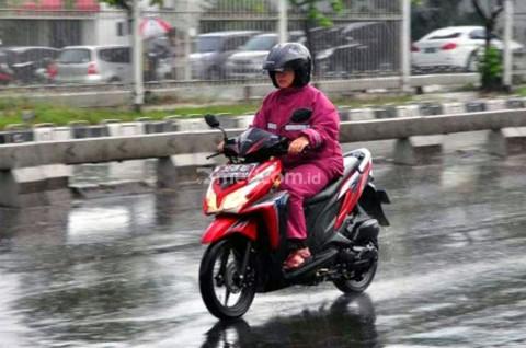 Perlengkapan Wajib Biker yang Ingin Menerobos Hujan