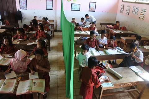 Miris, Siswa SDN di Jember Harus Belajar di Kelas Rusak