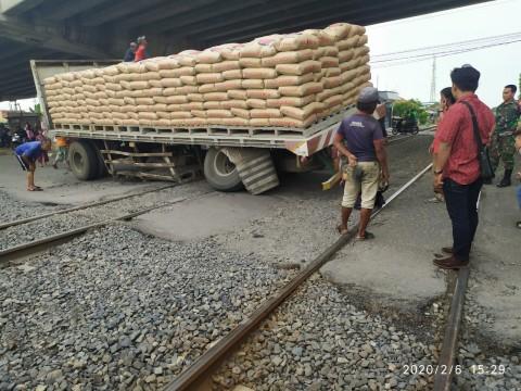 Truk Semen Bermasalah Hambat Kereta di Cirebon