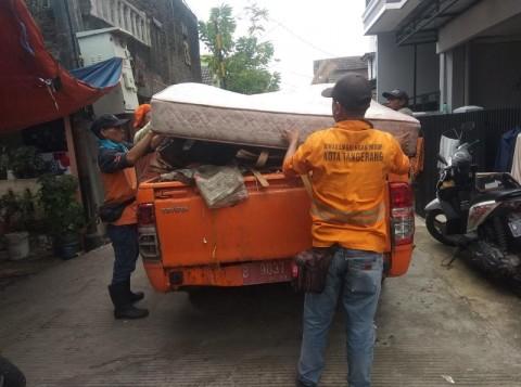 Sampah Sisa Banjir di Periuk Tangerang Dibersihkan