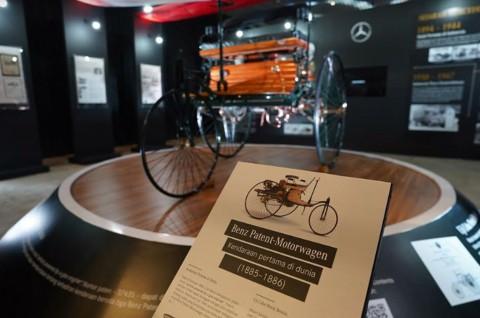 Mercedes-Benz Tandai 50 Tahun Kebersamaan dengan Replika Benz Patent-Motorwagen